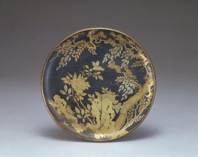 通体黑漆地饰 彩金象描金花纹,盘内右侧一虬枝松树逶迤向上,藤萝盘绕