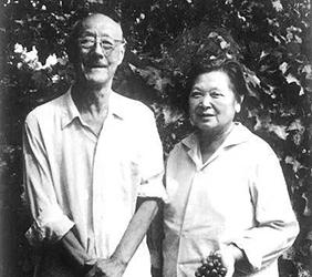 1978年张伯驹夫妇在长春参观果园后合影